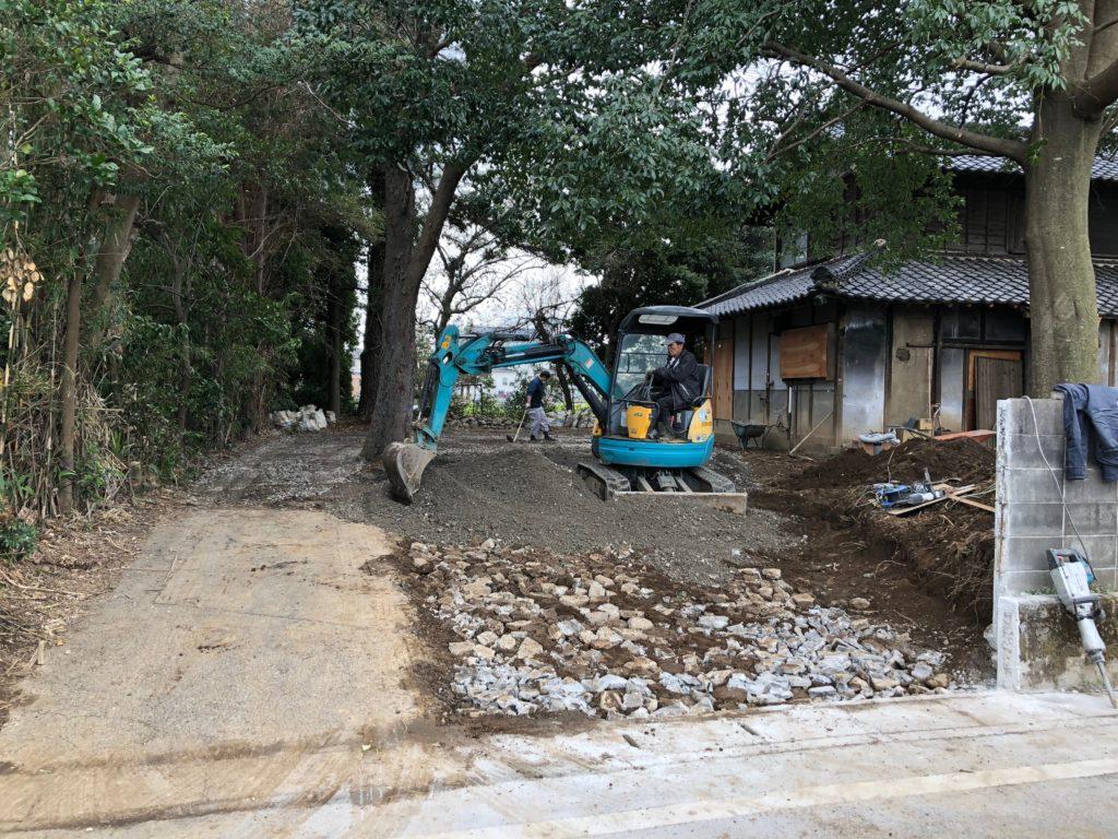 砂利の下に瓦礫を埋める