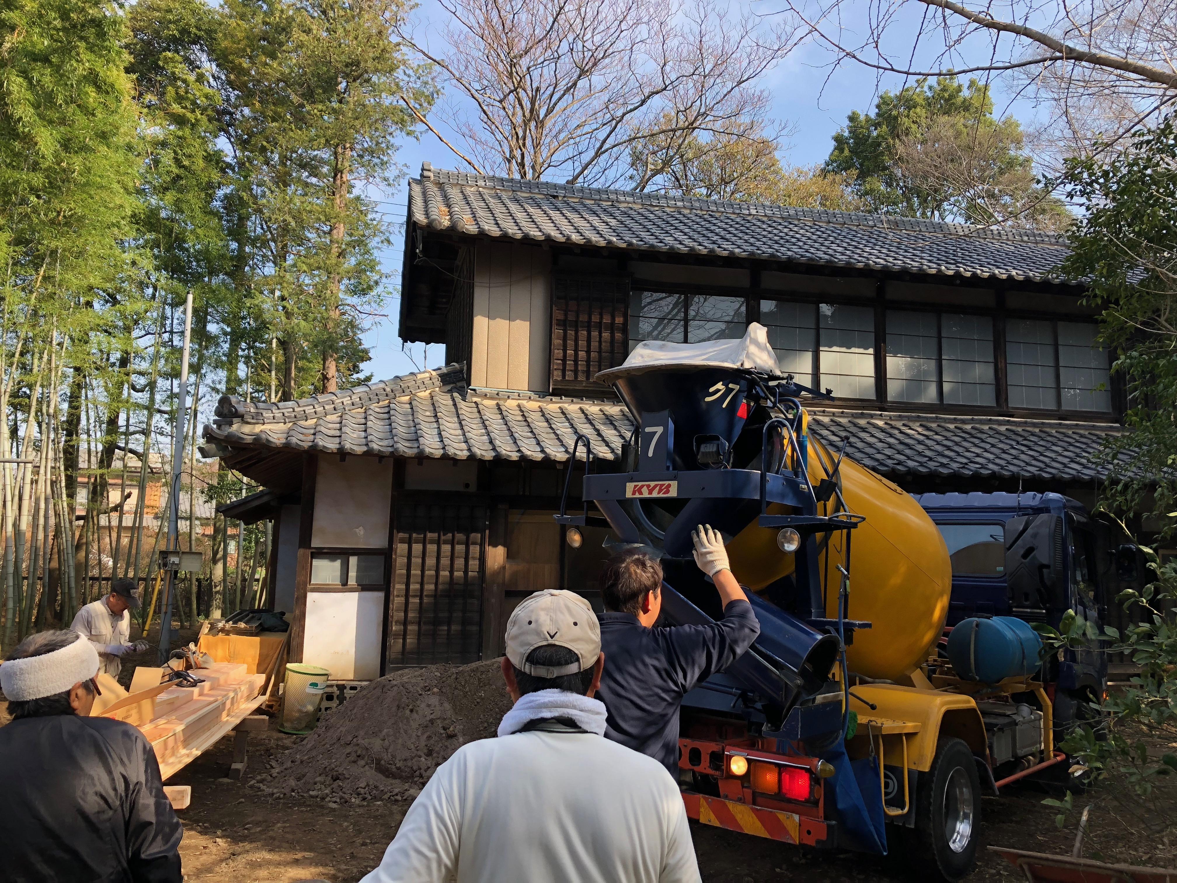 基礎工事02 -コンクリート打設。生コン車が来た-